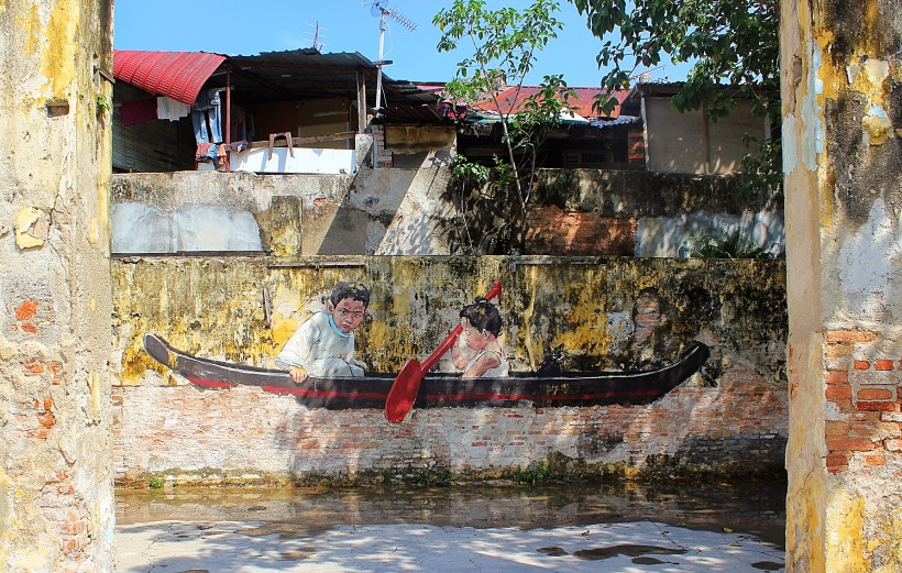 gorgeous and detailed mural by artist ernest zacharevic  at the him bus depot art center in georgetown in penang, street art, graffiti, public space take over,